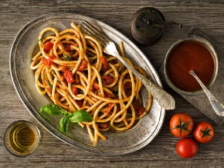 Обикновени веган спагети с доматен сос - снимка на рецептата